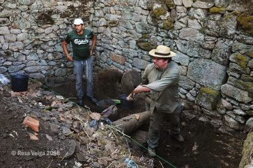 Arqueólogos galegos e lusos desenterran en O Cambedo a memoria do bombardeo de 1946